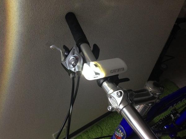 クロスバイクの前ライトの点灯