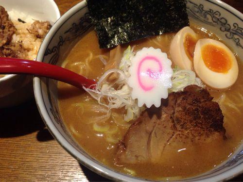 梅田・茶屋町のラーメン店「麺や六三六」。濃厚魚介スープがウマい。